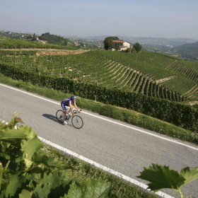 Cycling in the Langhe territory, between valleys and hills