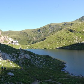 Trekking to Volaia Lake